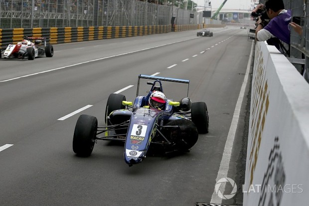 f3-macau-gp-2017-ferdinand-habsburg-carlin-dallara-volkswagen-after-the-crash-in-the-last-6534211